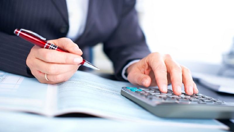 сколько налогов платит ИП за работника